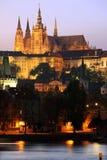 Prague slott ovanför floden Vltava efter solnedgång Arkivfoton