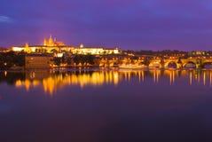 Prague slott på natten royaltyfri foto