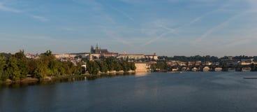 Prague slott - sikt över floden Vltava Arkivfoto
