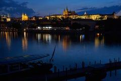 Prague slott vid natten, Tjeckien arkivfoton