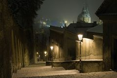 Prague slotttrappa som leder till den gammala townen av Prague i vinternatt Royaltyfri Bild