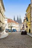 Prague, smal gata och grova spikar av domkyrkan Arkivbild
