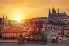 Prague solnedgångsikt av den Prague slotten och den helgonVitus domkyrkan i Tjeckien Arkivfoto