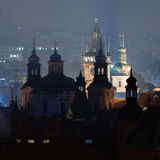 Prague står hög på natten Royaltyfri Bild