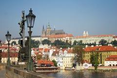 Prague stad i Tjeckien från Charles Bridge Arkivbild