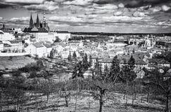 Prague stad med slotten från den Petrin kullen, tjeck Royaltyfri Fotografi