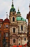 Prague stads- sceniskt med kyrkor och kupoler Arkivbilder