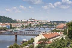 Prague stadslandskap Sikt från Visegrad Broar av Prague i solig dag Arkivfoton