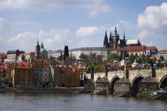 Prague stadssikt med den Vltava floden fotografering för bildbyråer