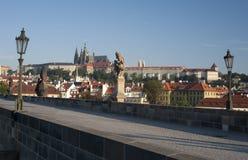 Prague- staty på den Charles bron Royaltyfri Fotografi