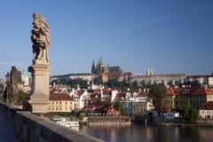 Prague- staty på den Charles bron Fotografering för Bildbyråer