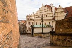 Prague stiger ned gamla slottmoment till den gamla staden Royaltyfri Foto