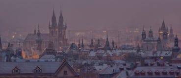 Prague står högt efter solnedgång i vinter Fotografering för Bildbyråer