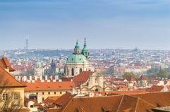 Prague taksikt med kyrkan av St Francis av Assisi i mitten, Prague, Bohemia, Tjeckien fotografering för bildbyråer