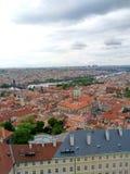 Prague& x27; tejados rojos de s foto de archivo
