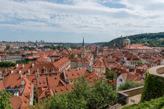Prague& x27; tetti di s di estate immagini stock libere da diritti
