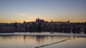 Prague tidschackningsperiod med sikt av den Vltava floden i Prague, Tjeckien dag till nattetidschackningsperioden arkivfilmer