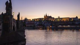Prague tidschackningsperiod med sikt av den Vltava floden i Prague, Tjeckien dag till nattetidschackningsperioden stock video