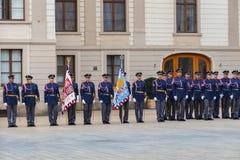 Prague Tjäna som soldat vakten av heder nära presidentpalatset Royaltyfri Foto