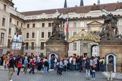 Prague Tjäna som soldat vakten av heder nära presidentpalatset Arkivbild