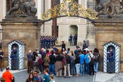 Prague Tjäna som soldat vakten av heder nära presidentpalatset Arkivfoton