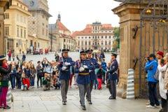 Prague Tjäna som soldat vakten av heder nära presidentpalatset Royaltyfria Foton