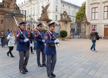 Prague Tjäna som soldat vakten av heder nära presidentpalatset Arkivfoto