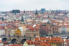 PRAGUE TJECK - MARS 12, 2016: Cityscape av Prague Gammal townarkitektur Charles Karluv Bridge Royaltyfri Bild