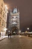 PRAGUE TJECK - MARS 12, 2016: Gammalt stadbrotorn, Charles Bridge Lång exponering, Prague, tjeck Oskarpt folk på grund av länge Royaltyfri Bild