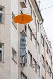 PRAGUE TJECK - MARS 12, 2016: Kvinna som hänger vid paraplyet Art Performance i Prague, tjeck Fotografering för Bildbyråer