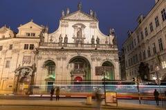 PRAGUE TJECK - MARS 12, 2016: Kyrka av den heliga frälsaren och spårvagnen i handling Lång exponering, Prague, tjeck Nattfotofors Arkivbild