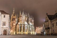 PRAGUE TJECK - MARS 12, 2016: Natt och St Vitus Cathedral exponering long tjeckiska prague Arkivfoto