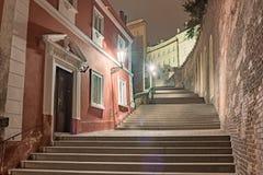 PRAGUE TJECK - MARS 12, 2016: Natt och trappa vid slotten av Prague exponering long Royaltyfri Bild