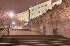 PRAGUE TJECK - MARS 12, 2016: Natt och trappa vid slotten av Prague exponering long Arkivbilder