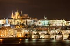 PRAGUE TJECK - MARS 12, 2016: NattCityscape av Prague, tjeck St Vitus Cathedral, slott och slott i bakgrund Vltava riv Royaltyfria Foton
