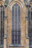 PRAGUE TJECK - MARS 12, 2016: St Vitus Cathedral Windows Art Ornament Architecturel beståndsdel Arkivfoto