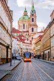PRAGUE TJECK REPUBLIC-MAY 17, 2017: En spårvagn på en historisk gata Arkivfoto