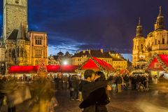 """PRAGUE TJECKIEN †""""December 12, 2011 Prague jul marknadsför Royaltyfria Foton"""