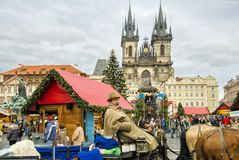 """PRAGUE TJECKIEN †""""December 12, 2011 Prague jul marknadsför Arkivfoto"""