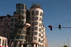 PRAGUE TJECKIEN - APRIL 24, 2017: Den danshusTancici dumen - Prague ` s mest berömd modern arkitekturbyggnad arkivbild