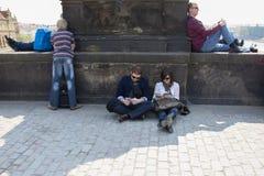 Prague Tjeckien - April 19, 2011: folket kopplar av ovanför bron arkivfoton