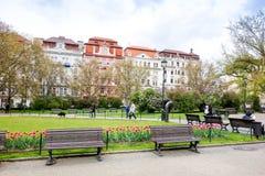 PRAGUE TJECKIEN - April 26: Härlig gatasikt av Tra Royaltyfri Fotografi