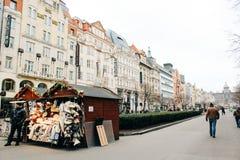 Prague Tjeckien - 04 02 2013: Arkitektur, byggnader och gränsmärke Sikt av gatorna av Praha arkivbilder