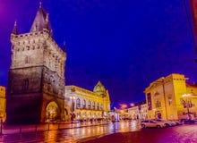 Prague Tjeckien - 13 Augusti, 2015: Berömt torn av pulver som sett från gatasikt på en härlig afton Arkivfoto