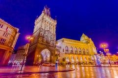 Prague Tjeckien - 13 Augusti, 2015: Berömt torn av pulver som sett från gatasikt på en härlig afton Royaltyfri Bild