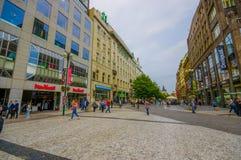 Prague Tjeckien - 13 Augusti, 2015: Den charmiga stadsgatan med ingen trafik, bridgestone ytbehandlar och shoppar Arkivbild