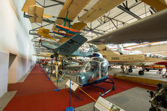 PRAGUE TJECKIEN - AUGUSTI 18, 2016: Den gamla militären hyvlar ställningar i det Prague flygmuseet Kbely i Prague Royaltyfri Bild