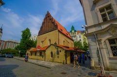 Prague Tjeckien - 13 Augusti, 2015: Den gamla nya synagogan som lokaliseras i den gamla staden, härlig byggnad med blåa staket Arkivfoton