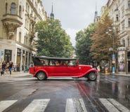 Prague TJECKIEN - 29 Augusti 2016: Den gamla tappningbilen är cros Royaltyfri Bild