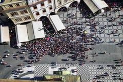 PRAGUE TJECKIEN - AUGUSTI 24, 2016: Flyg- sikt av folk Royaltyfria Bilder